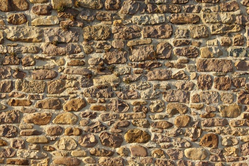 Sonnig legen Sie Steine in den Weg stockfotografie