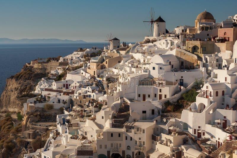 Sonnige Ansicht von Oia-Stadt auf Santorini in Griechenland lizenzfreie stockfotos