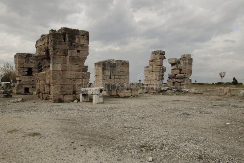 Sonnige Ansicht von Ruinen von altem Hierapolis nahe Pamukkale, Denizli-Provinz, die Türkei lizenzfreie stockfotografie