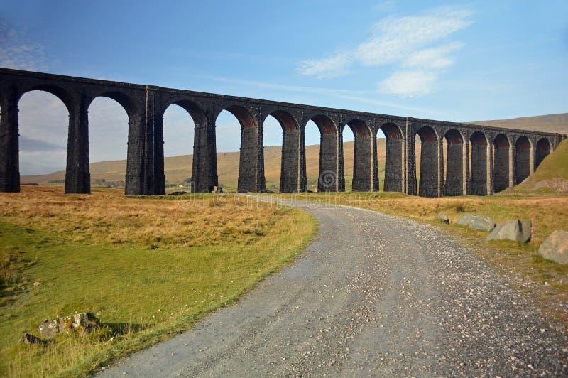 Sonnige Bahn am Ribblehead-Viadukt genommen von der Westseite lizenzfreies stockbild