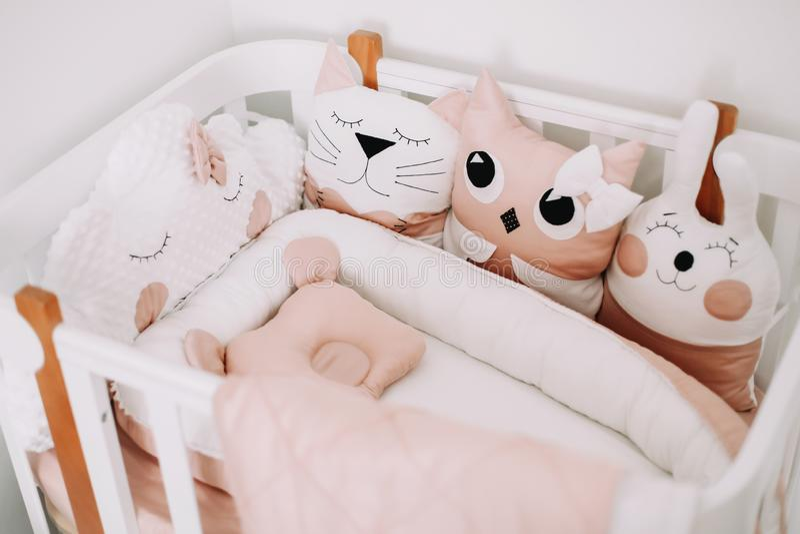 Sonnige Details im Kinderzimmer. Kissen-Wolke, Katze, Hase. Dekoration der Säuglingszimmer für ein kleines Mädchen. Stilvolle K stockbild