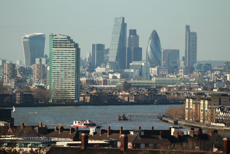 Sonnige moderne London-Landschaft lizenzfreies stockbild