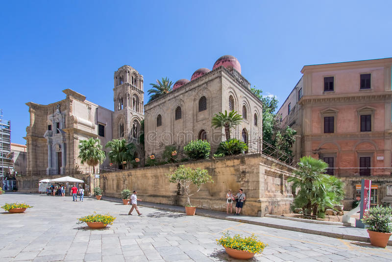 Sonnige Piazza in Palermo, Italien lizenzfreie stockfotos