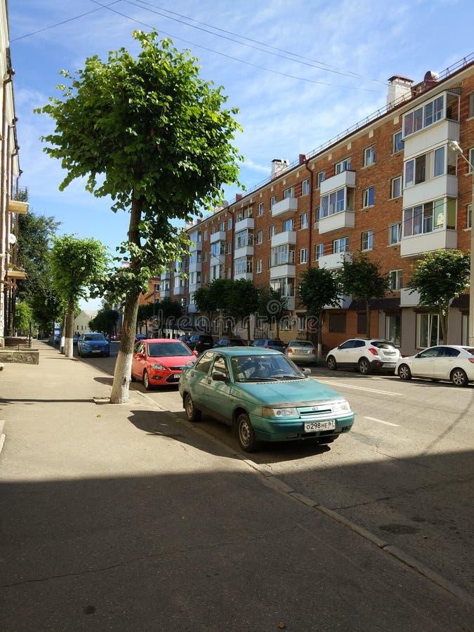 Sonnige ruhige Straße lizenzfreies stockbild