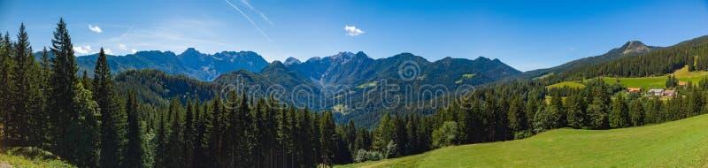 Sonnige Sommerlandschaft mit Solcava Panoramastraße, Logarska Dolina, Logar Tal in Slowenien stockbilder