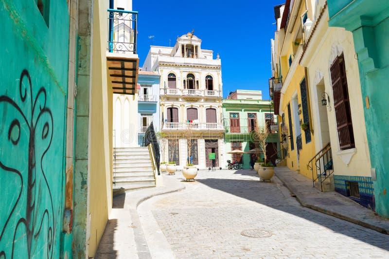 Sonnige Straße in altem Havana an einem schönen Tag lizenzfreie stockbilder