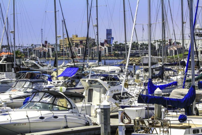 Sonnige Tage am gedrängten Jachthafen stockbild