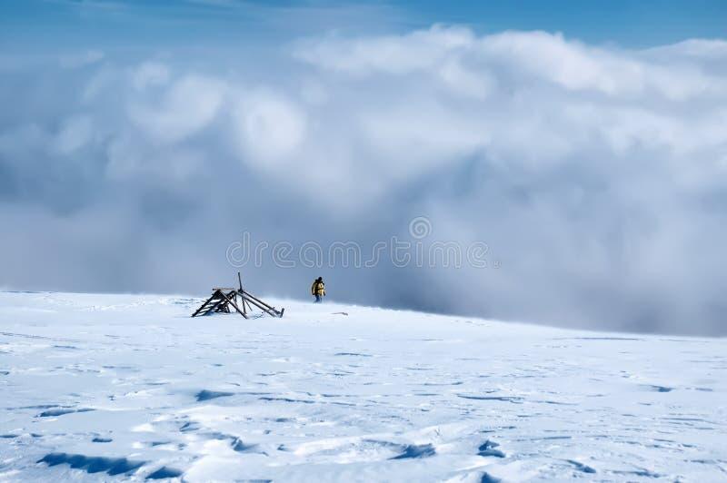 Sonnige Winterlandschaft des erstaunlichen Panoramas mit Schneesturm und Wanderer stockfoto