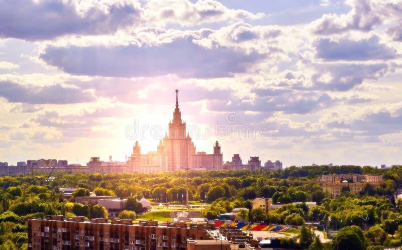 Sonniger Campus der ber?hmten russischen Universit?t unter drastischem bew?lktem Himmel lizenzfreie stockfotos