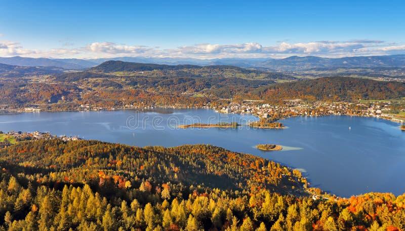 Sonniger Herbsttag auf dem See in den Bergen von Süd-Österreich stockfoto