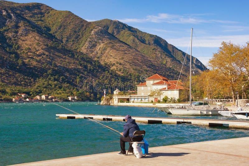 Sonniger Herbsttag im Mittelmeerdorf von Dobrota montenegro lizenzfreies stockbild