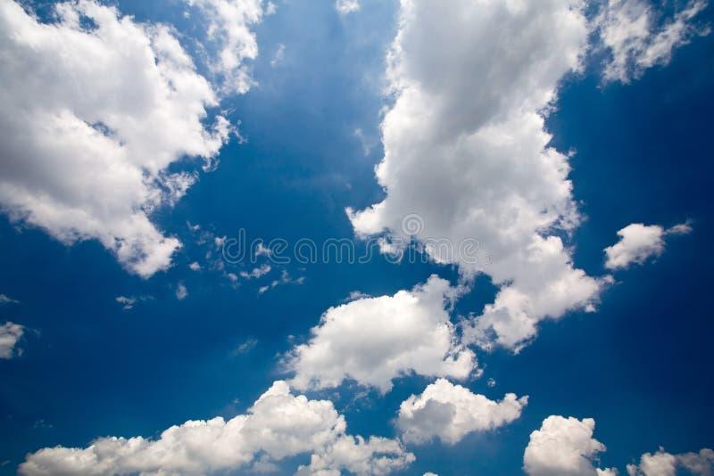Sonniger Himmel lizenzfreie stockbilder