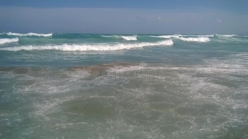 Sonniger Himmel und Wellen lizenzfreies stockfoto