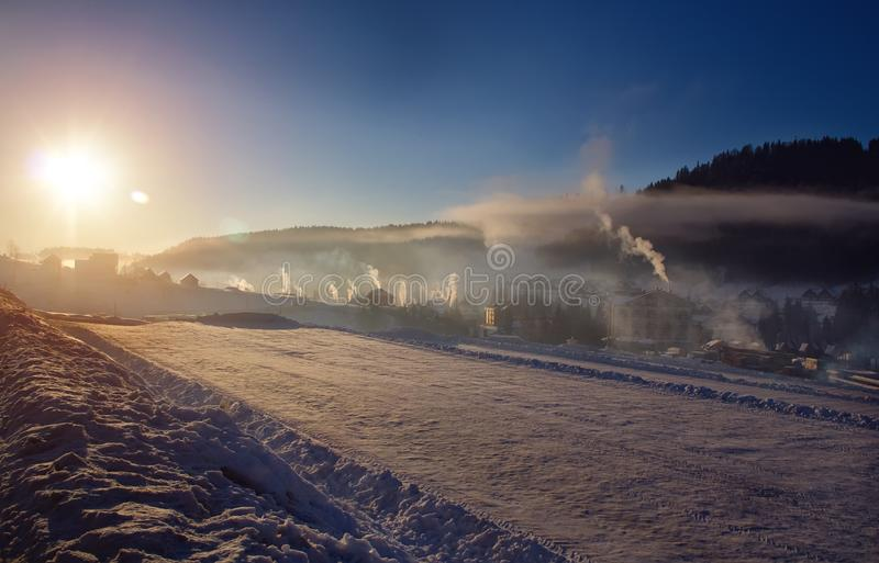 Sonniger Morgen in Bukovel Ukraine Karpaten stockbilder