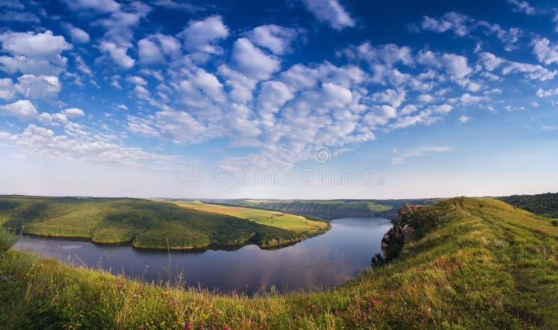 Sonniger Morgen des Sommers auf dem Fluss in der Schlucht stockbilder