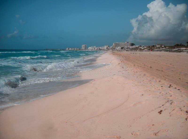 Sonniger Morgen in einem Strand in Cancun lizenzfreie stockfotos