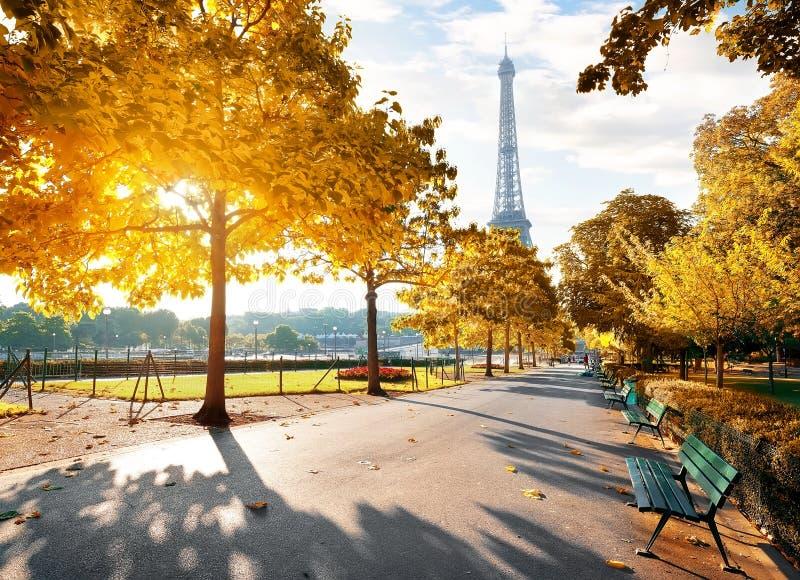 Sonniger Morgen in Paris im Herbst lizenzfreie stockbilder