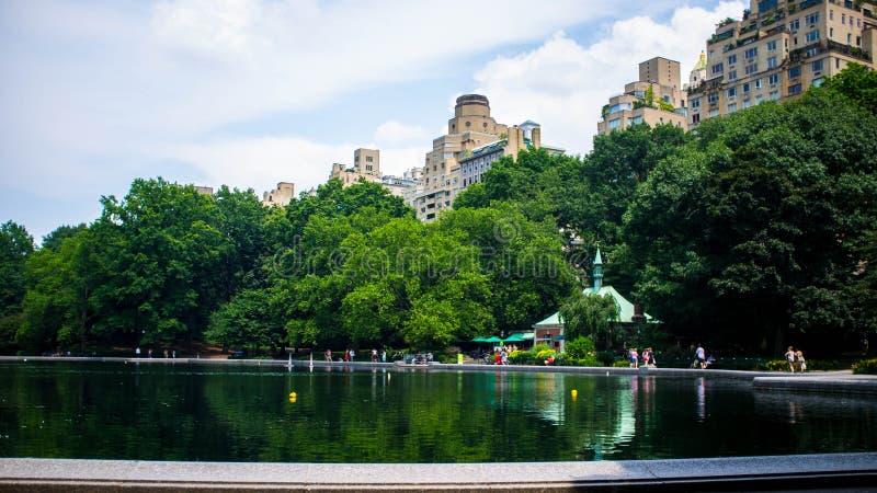 Sonniger Nachmittag am Central Park, das den Teich übersieht lizenzfreie stockbilder