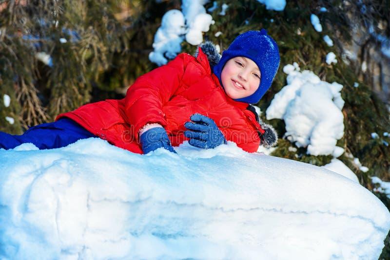 Sonniger schneebedeckter Tag stockfoto