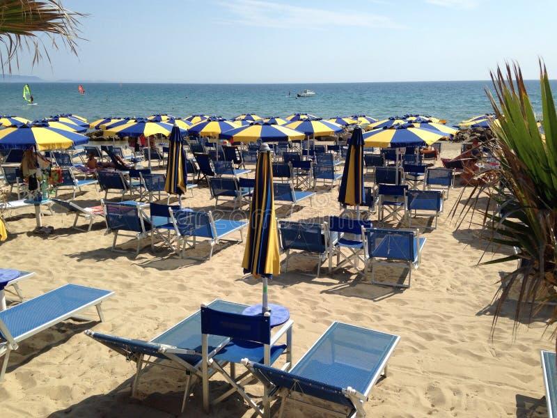 Sonniger Strand lizenzfreie stockbilder
