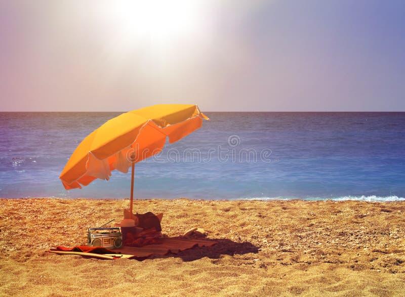 Sonniger Strandgang stockfoto