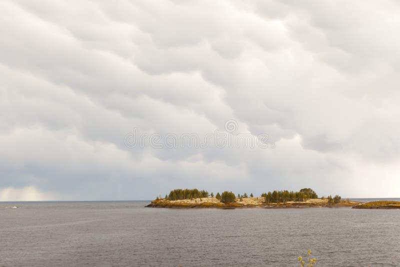 Sonniger Tag auf dem felsigen Ufer des Sees lizenzfreie stockfotos