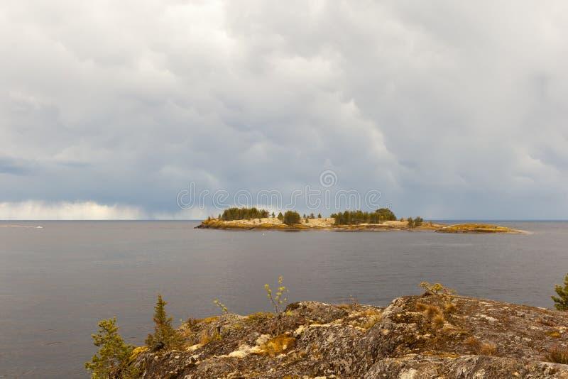 Sonniger Tag auf dem felsigen Ufer des Sees lizenzfreie stockbilder