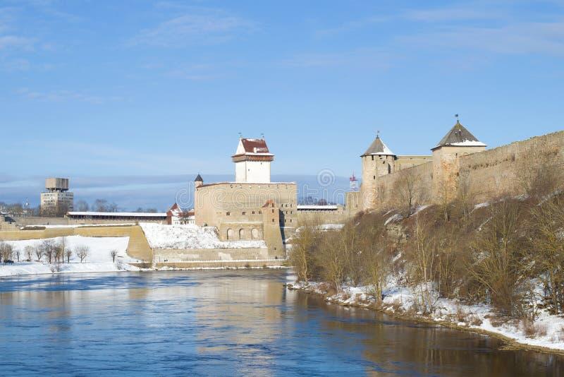 Sonniger Tag auf dem Narva-Fluss Ansicht von Herman Castle und von Ivangorod-Festung Grenze von Estland und von Russland stockbild