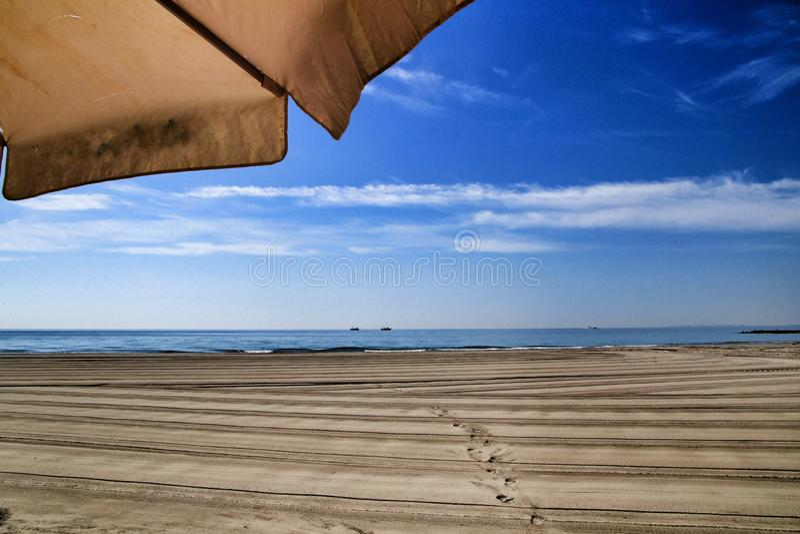 Sonniger Tag auf dem Strand in Santa Pola, Alicante lizenzfreie stockfotos