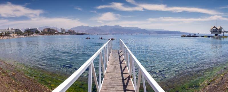 Sonniger Tag auf zentralem allgemeinem Strand von Elat, Panorama lizenzfreies stockbild