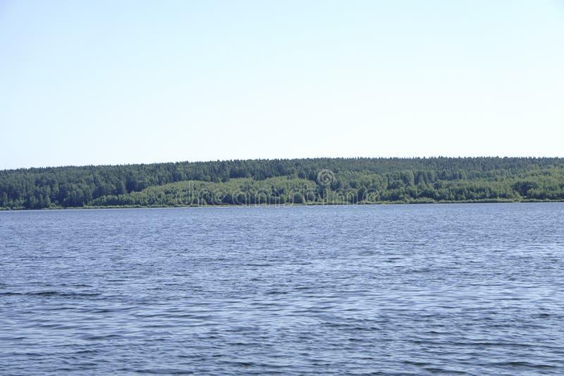 sonniger Tag der Schönheit auf dem See stockbild