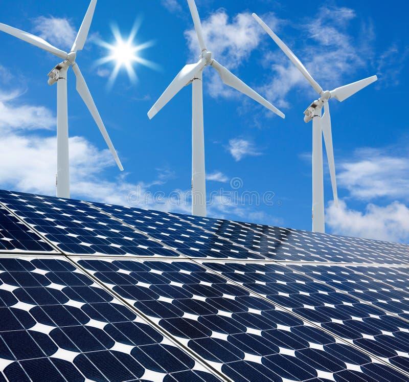 Sonniger Tag der Sonnenkollektoren und der Wind-Turbinen lizenzfreies stockfoto