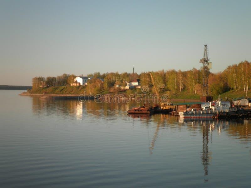 Sonniger Tag des Sommers auf dem Fluss stockbild