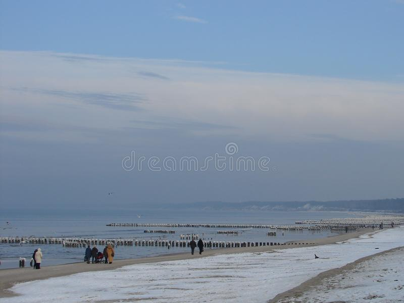Sonniger Tag des Winters auf Strand in Ustka-Stadt Polen lizenzfreie stockfotos