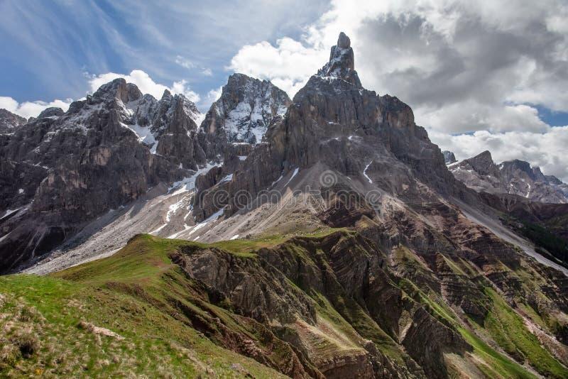 Sonniger Tag im Frühsommer, Cimon-della Pala, alias Das Matterhorn der Dolomit, berühmte Spitze in Pale di San Martino-Bereich lizenzfreies stockfoto