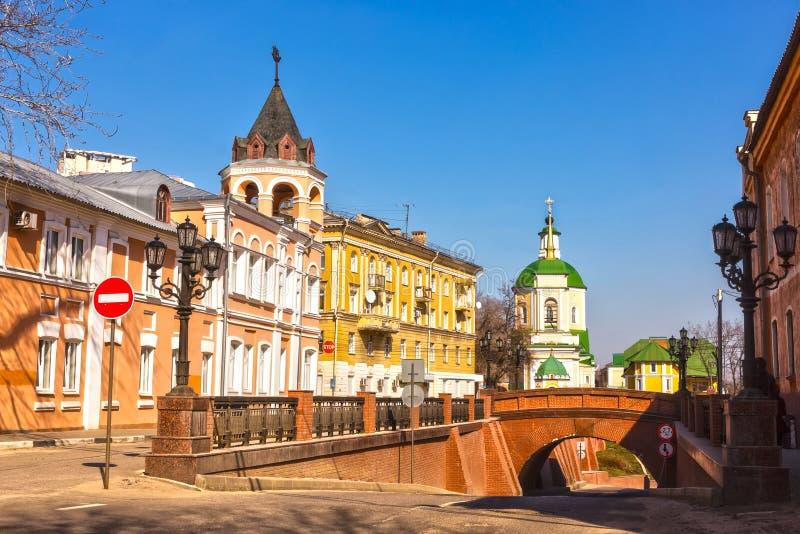 Sonniger Tag Voronezh März. Steinbrücke lizenzfreie stockfotos