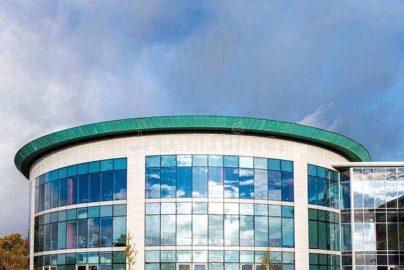 Sonniger Tagesansicht von Fenstern des Unternehmensbürogebäudes des modernen Geschäfts in Northampton England Großbritannien stockfotos