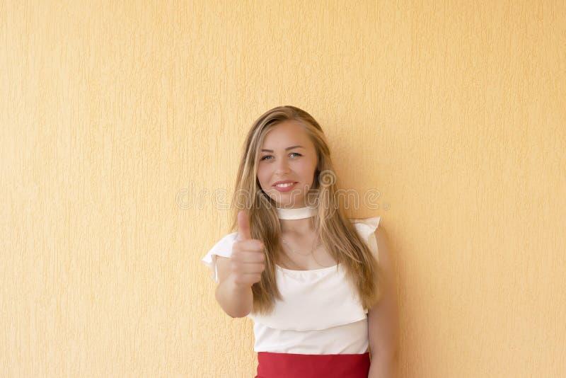Sonniges Bild des blond-haarigen Mädchens lizenzfreie stockfotografie