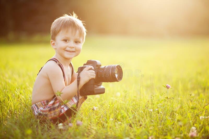 Sonniges Porträt des Kindes mit Kamera stockfotos