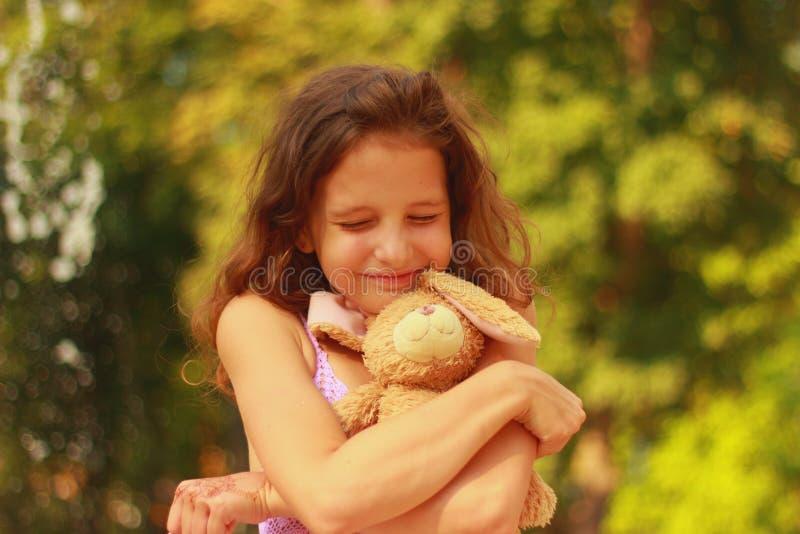 Sonniges rothaariges Mädchen mit dem ockerhaltigen Haar lizenzfreie stockbilder