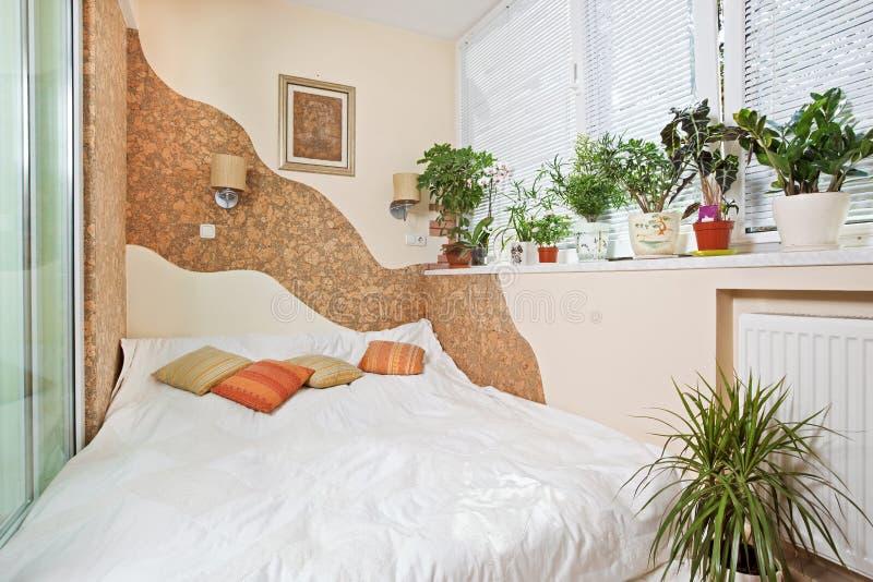 Sonniges Schlafzimmer auf Balkoninnenraum mit Fenster stockbilder