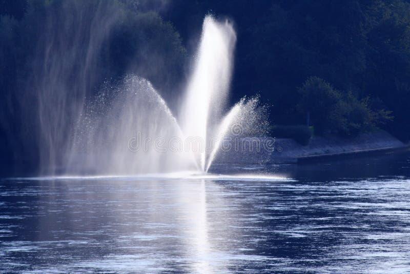 Sonniges Wasserstrahl lizenzfreie stockbilder