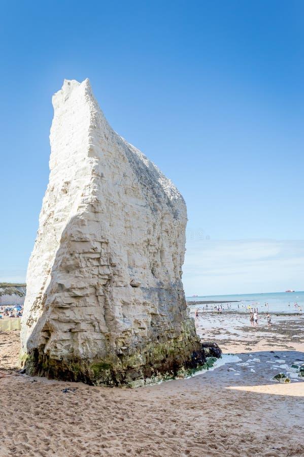 Sonniges Wetter holte Touristen und Besucher zum Botanik-Bucht-Strand nahe Broadstairs Kent, die Strandwellen und den Sommersonne stockfotos