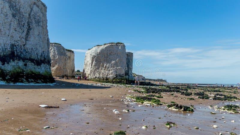 Sonniges Wetter holte Touristen und Besucher zur Botanik-Bucht setzen nahe Broadstairs auf den Strand lizenzfreie stockfotos