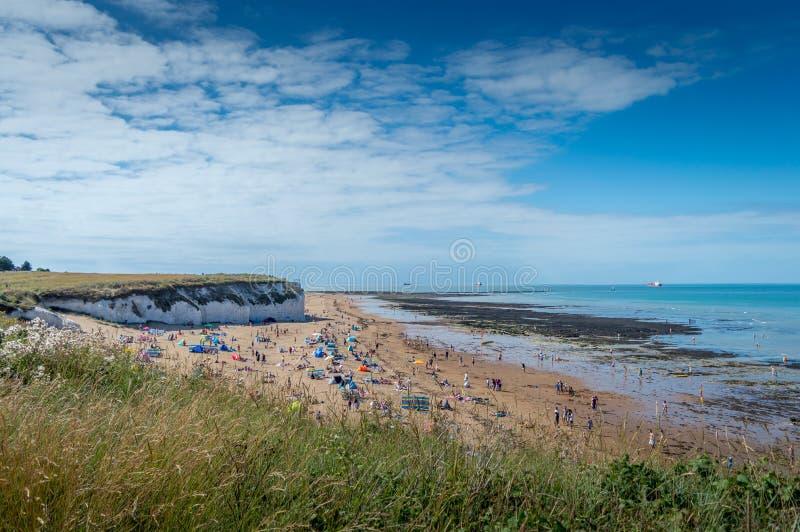 Sonniges Wetter holte Touristen und Besucher zur Botanik-Bucht setzen nahe Broadstairs auf den Strand lizenzfreie stockfotografie