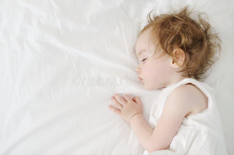 Sonno adorabile della ragazza del bambino fotografie stock