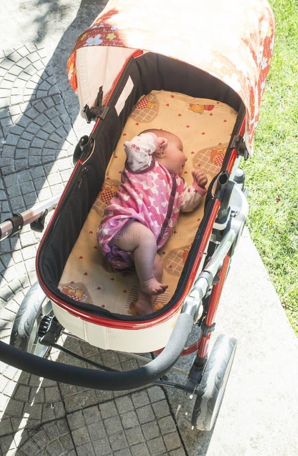 Sonno del bambino in carrozzina immagini stock libere da diritti