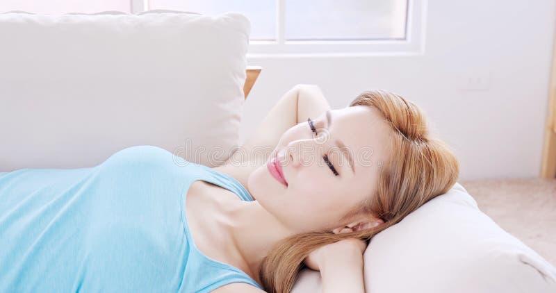 Sonno della donna sul sofà fotografia stock libera da diritti