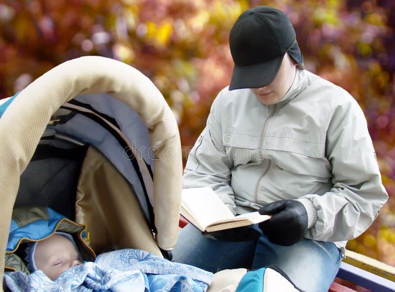sonno della lettura del padre del bambino fotografia stock libera da diritti