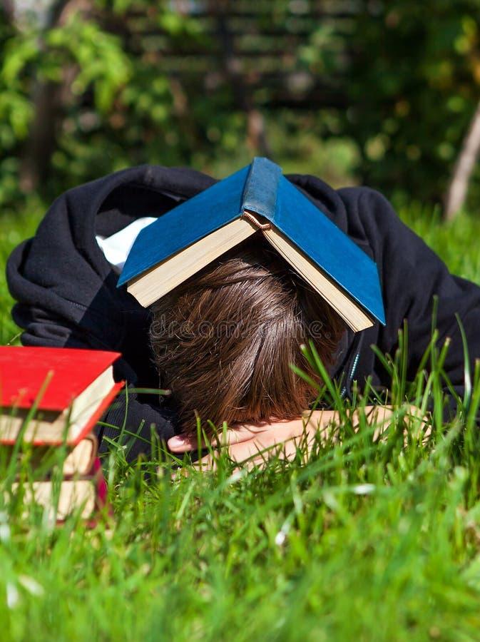 Sonno della persona con libri immagine stock libera da diritti